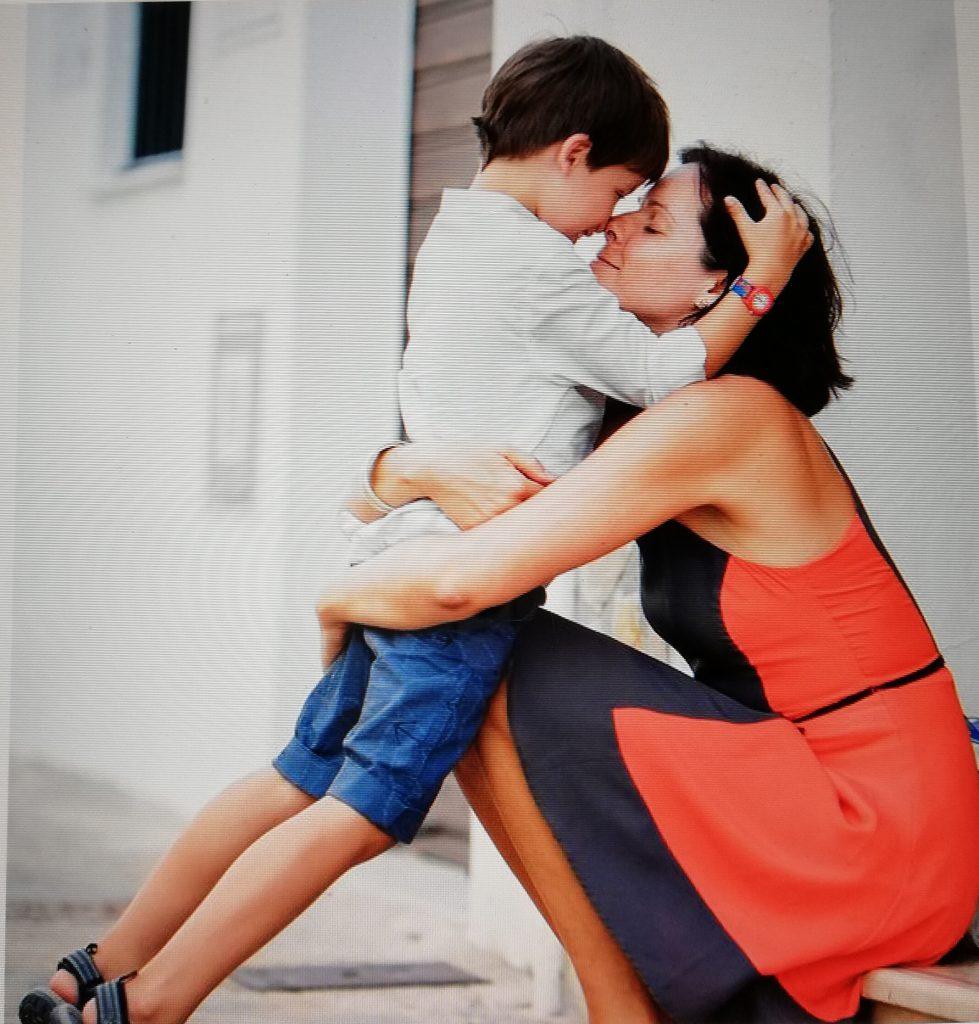 una mama desonocida abraza a su hijo