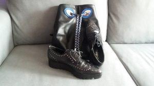 zapato plano negro de cordones con mochila negra