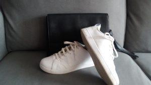 deportivas adidas blancas con bolso de mano negro