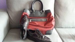 zapato plano negro con bolso granate y negro