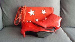 botines rojos y bolso de mano rojo con estrellas blancas