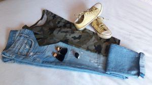 vaquero, camiseta de camuflaje y deportivas converse doradas