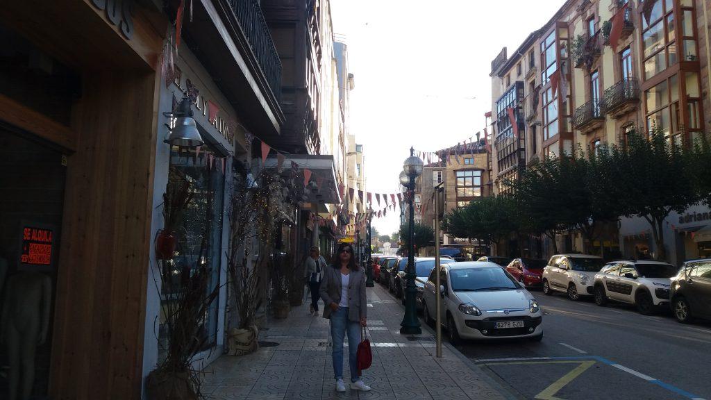 abuela Maribel de compras en su ciudad