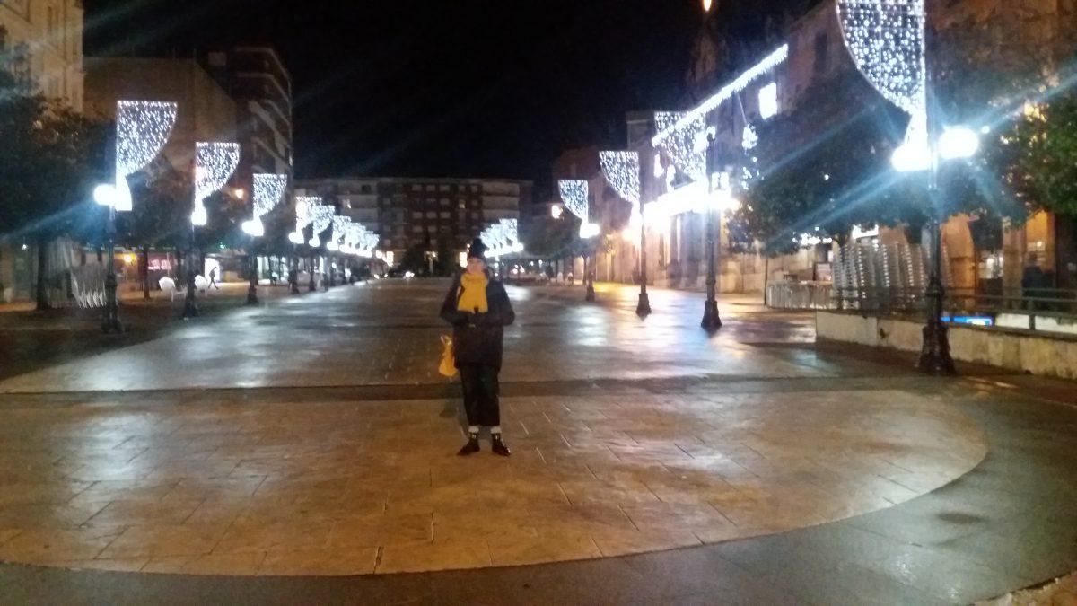 abuela a la ultima con las luces de navidad de su ciudad