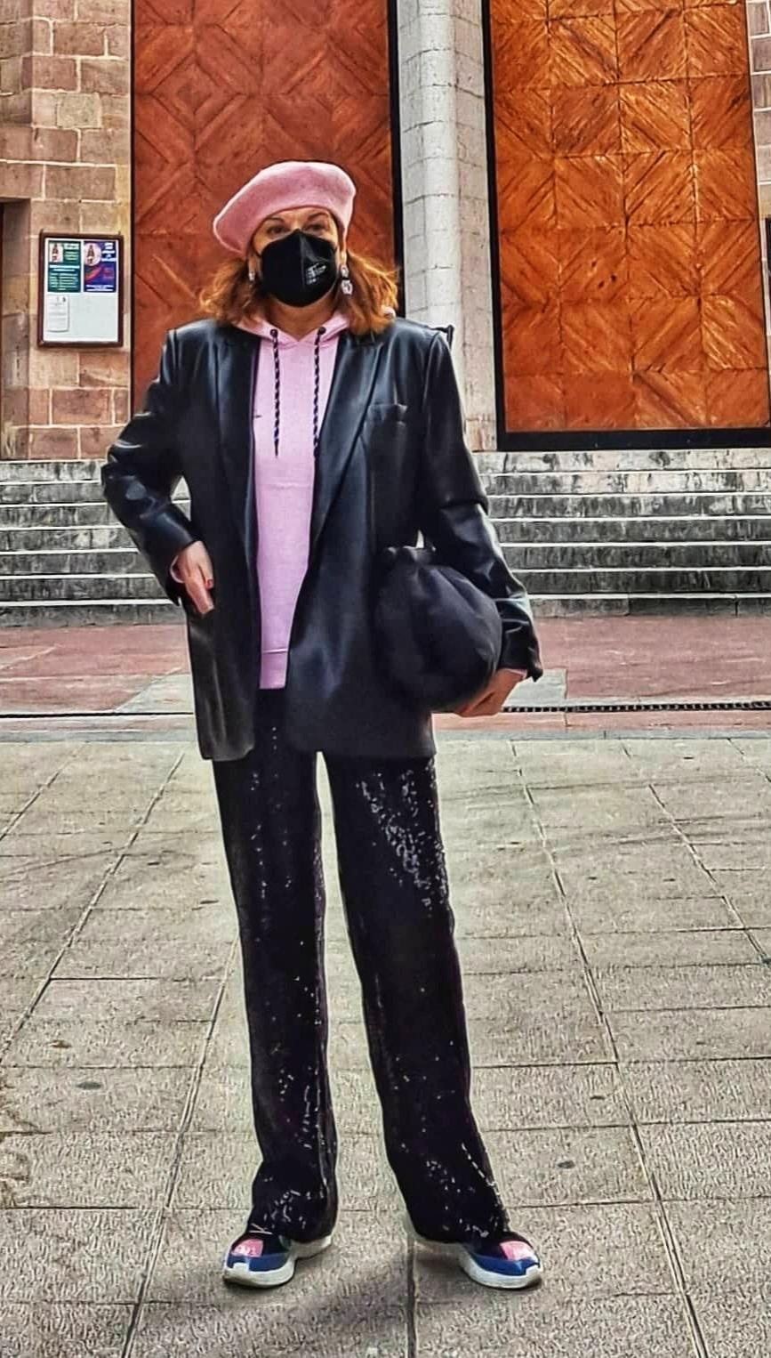 abuela a la ultima con boina rosa y vestida de negro