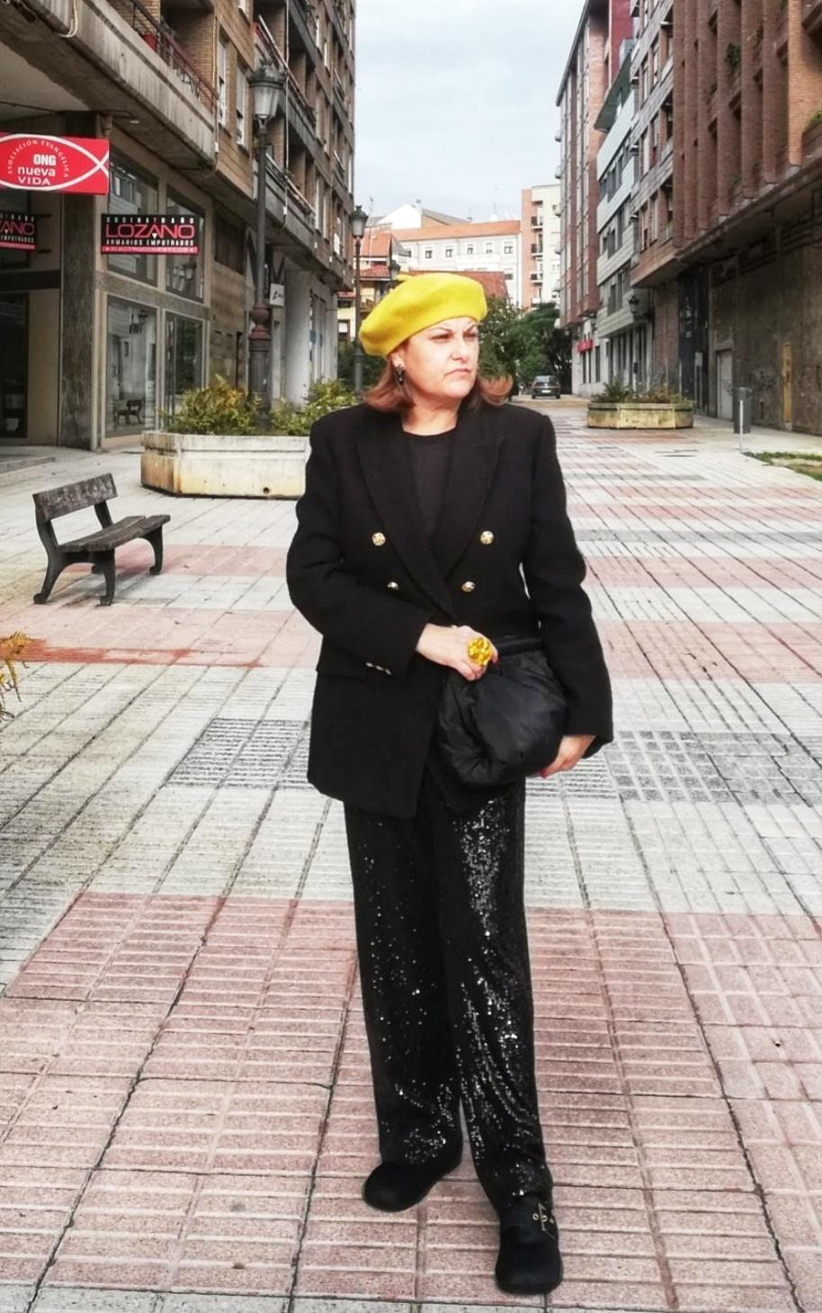 abuela a la ultima con boina amarilla y vestida de negro
