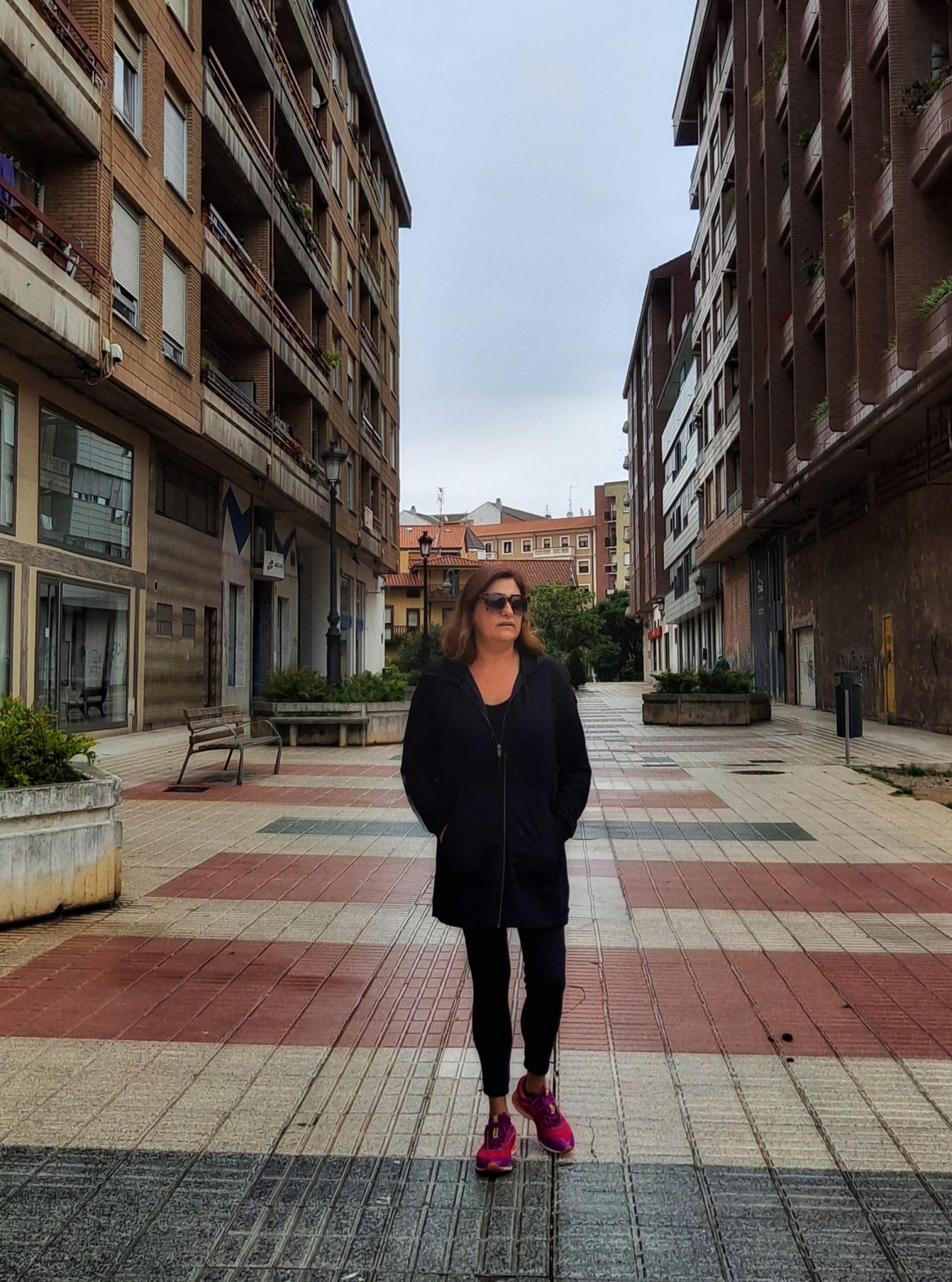 maribel caminando por las calles de Torrelavega con calzado deportivo y ropa cómoda.