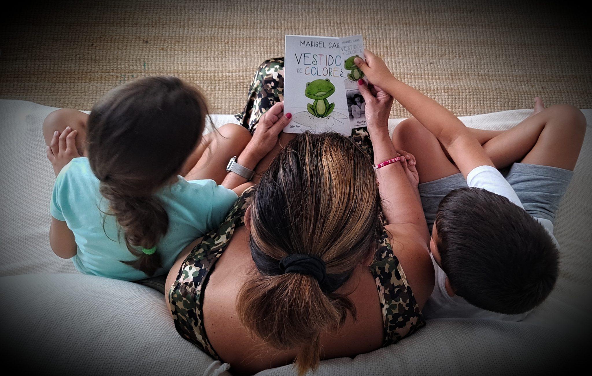maribel leyendo un cuento con sus nietos