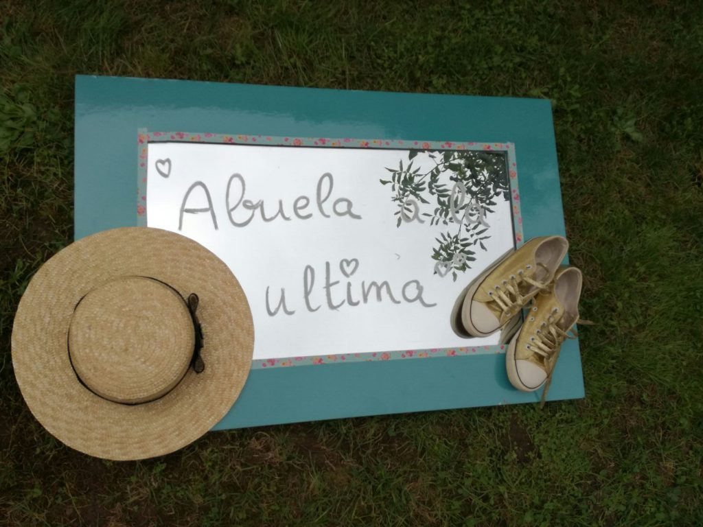 espejo , deportivas y sombrero de abuela a la ultima