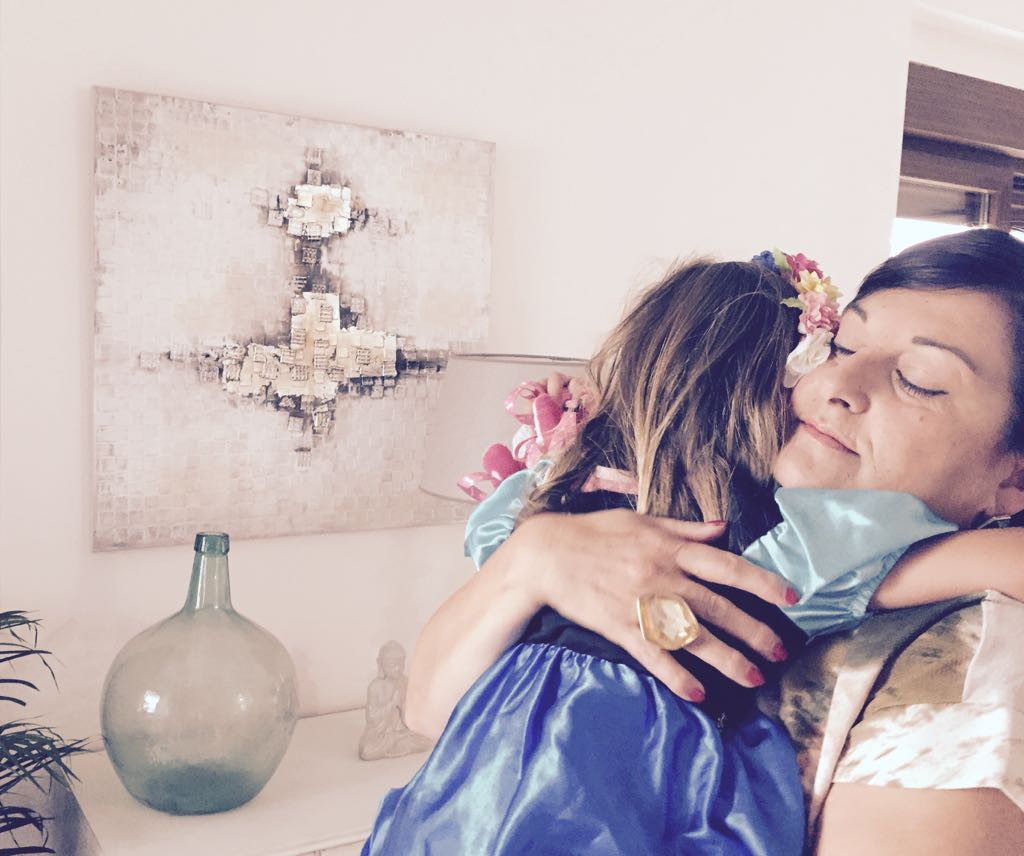 Valentina me abraza.