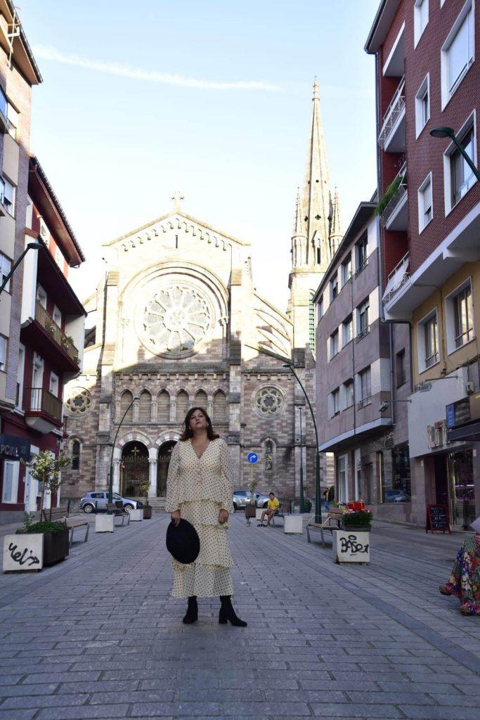abuela a la ultima delante de la iglesia de la asuncion de torrelavega