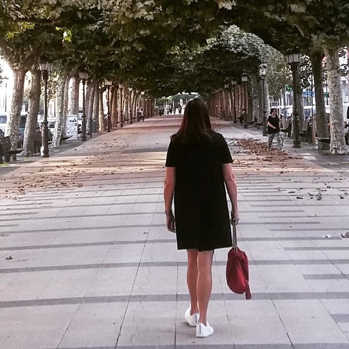 abuela maribel paseando por mi ciudad de espaldas a la camara