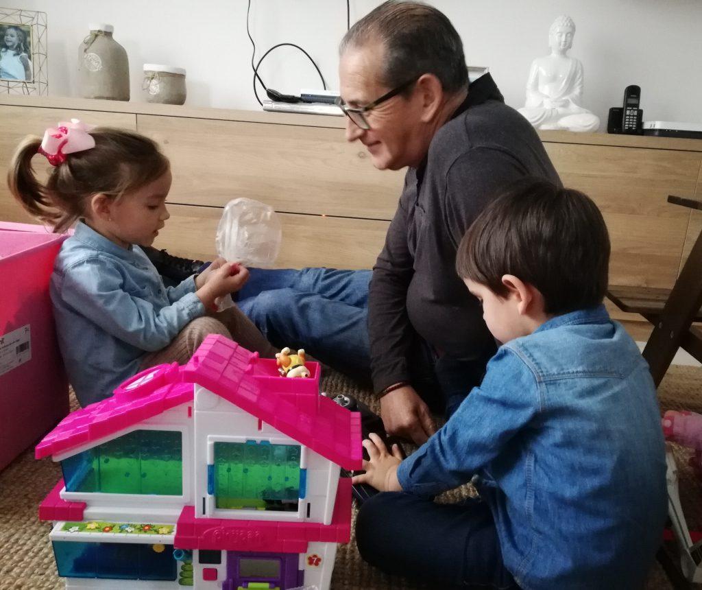 abuelo jose angel jugando con los nietos de abuela a la ultima