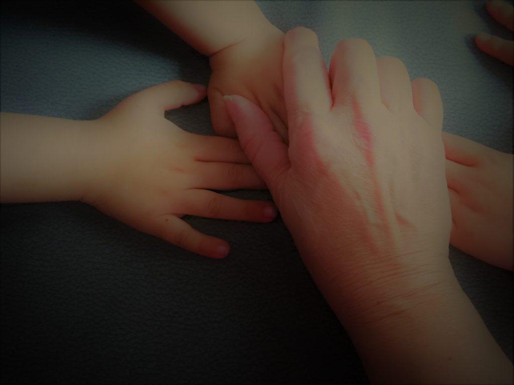 manos entrelazadas de abuela a la ultima y sus nietos