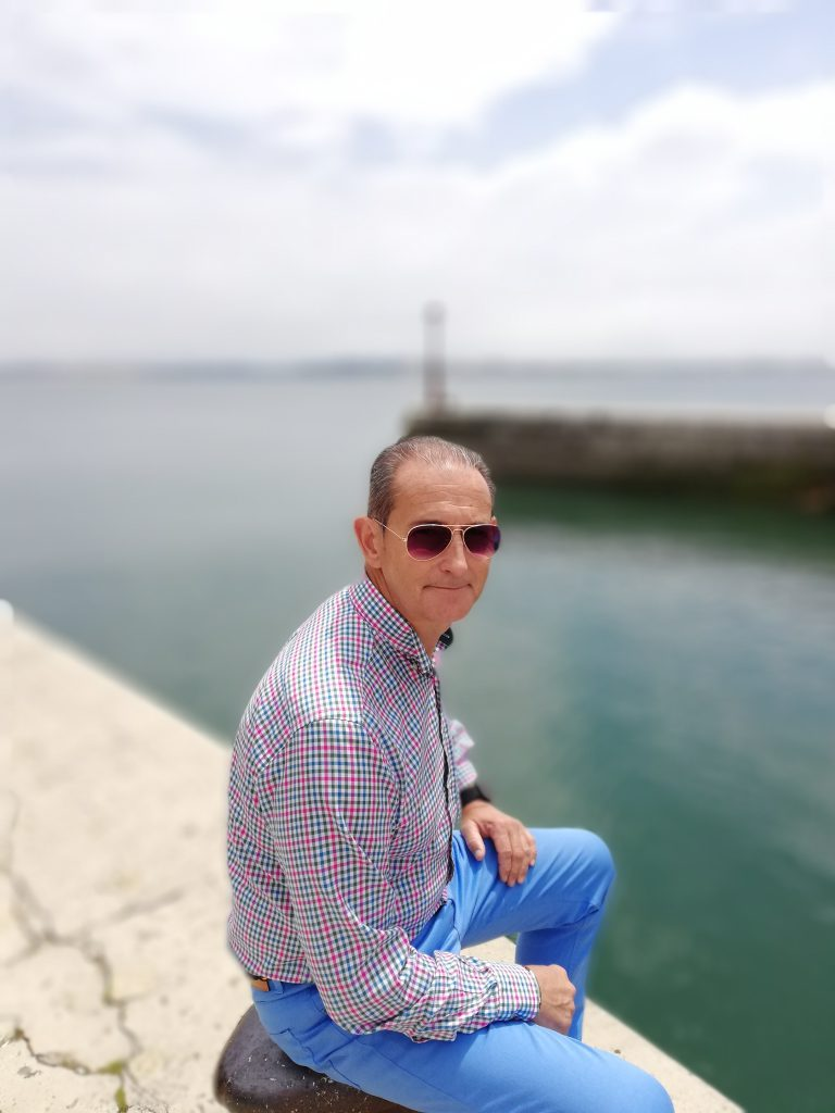 abuelo junto al mar sonriendo