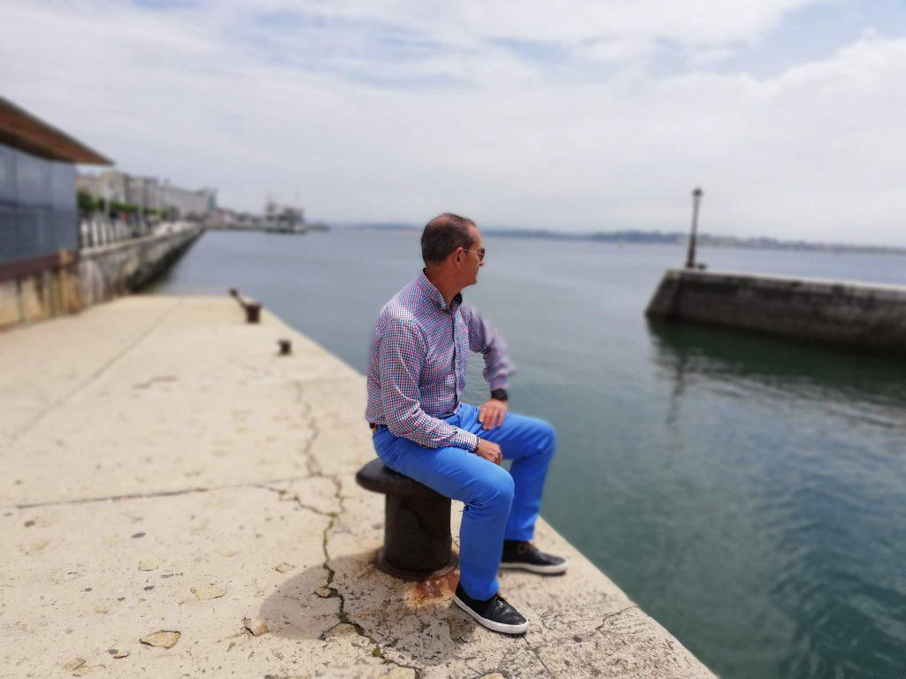 abuelo sentado junto a la bahía de Santander