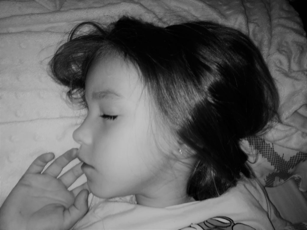 nieta de abuela a la ultima durmiendo