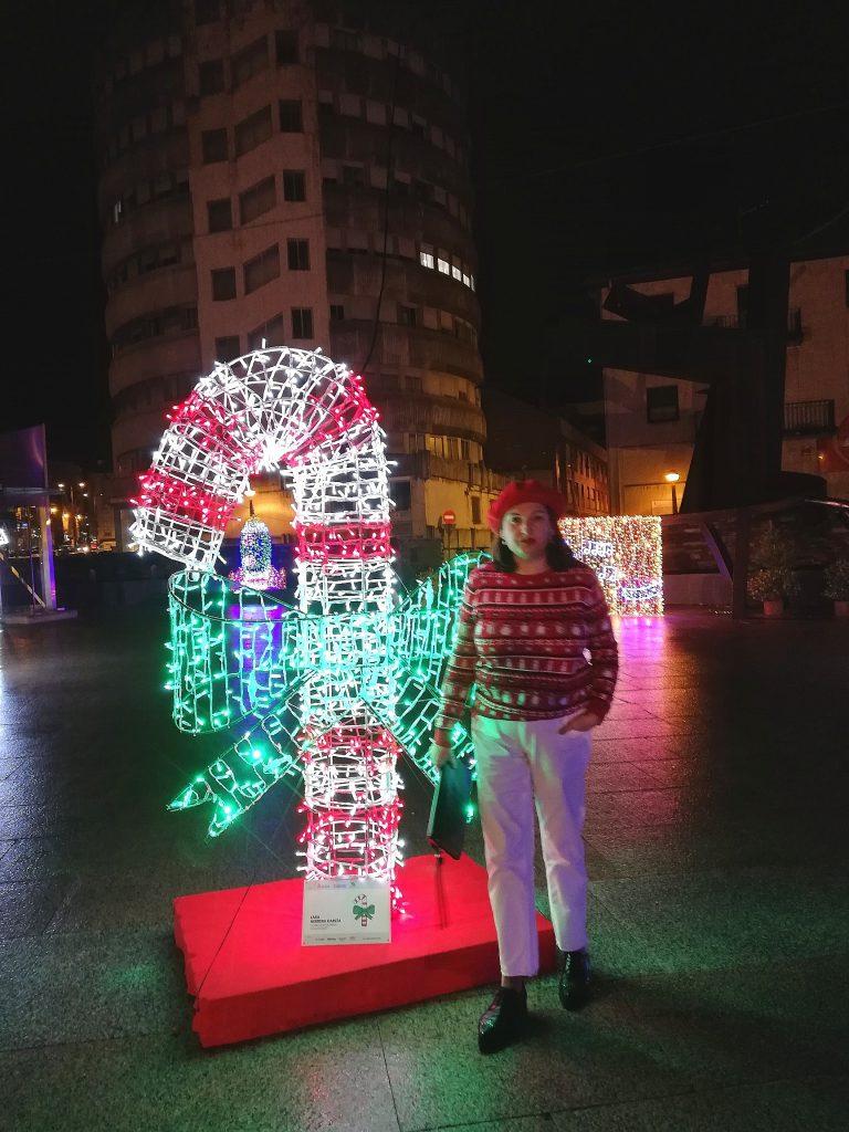 abuela a la ultima junto a las luces de navidad