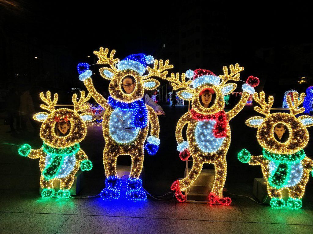 renos de luces de navidad con las caras de familia de abuela a la ultima