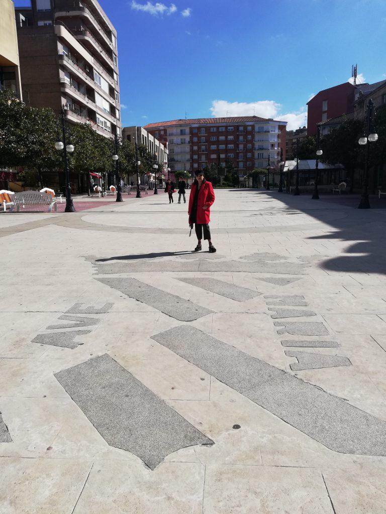 abuela a la ultima junto al escudo de su ciudad, torrelavega