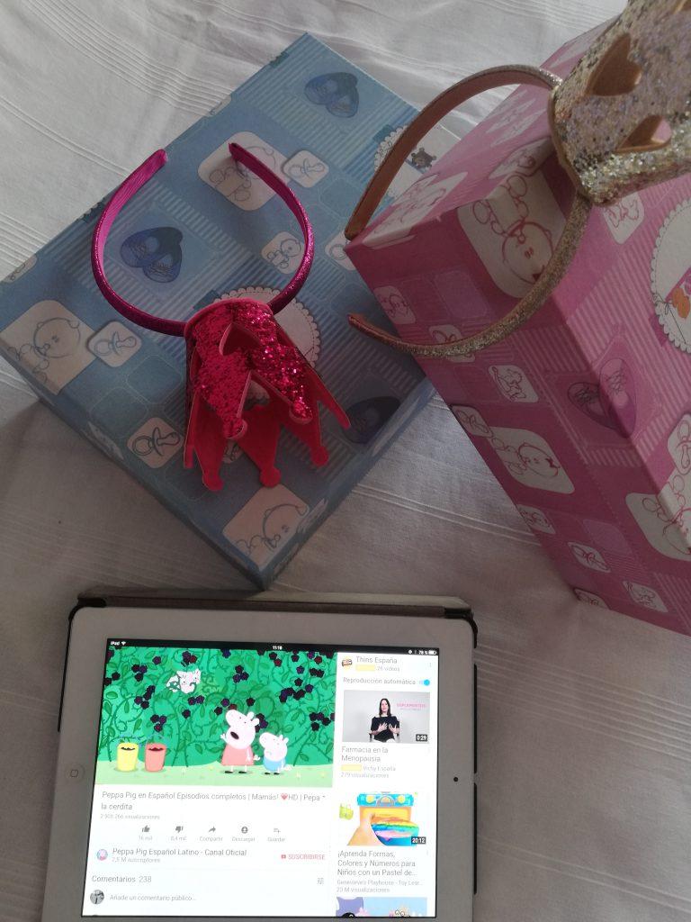 cajas rosa y azul y una tablet con peppa pig