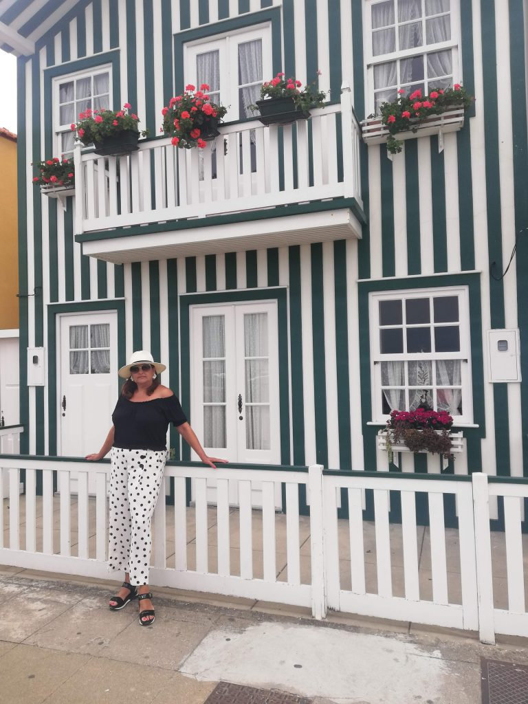 abuela a la ultima posando en una casa rayada de Aveiro(Portugal)