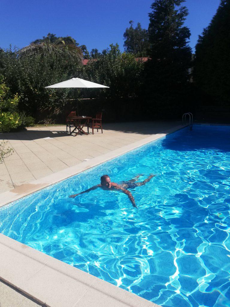 abuelo kakel nadando en la piscina del hotel