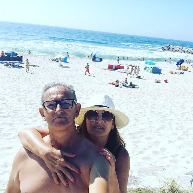 abuela a la ultima y abuelo haciendose selfie en la playa
