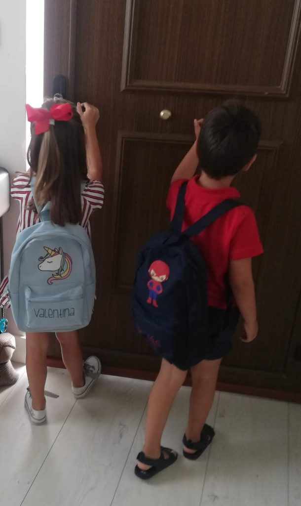 nietos de abuela a la ultima saliendo para el colegio