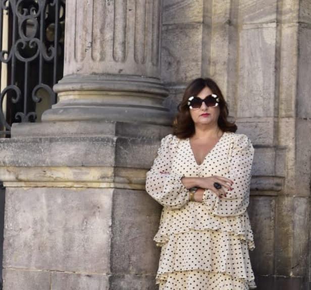 abuela a la ultima con gafas de sol junto al ayuntamiento de torrelavega