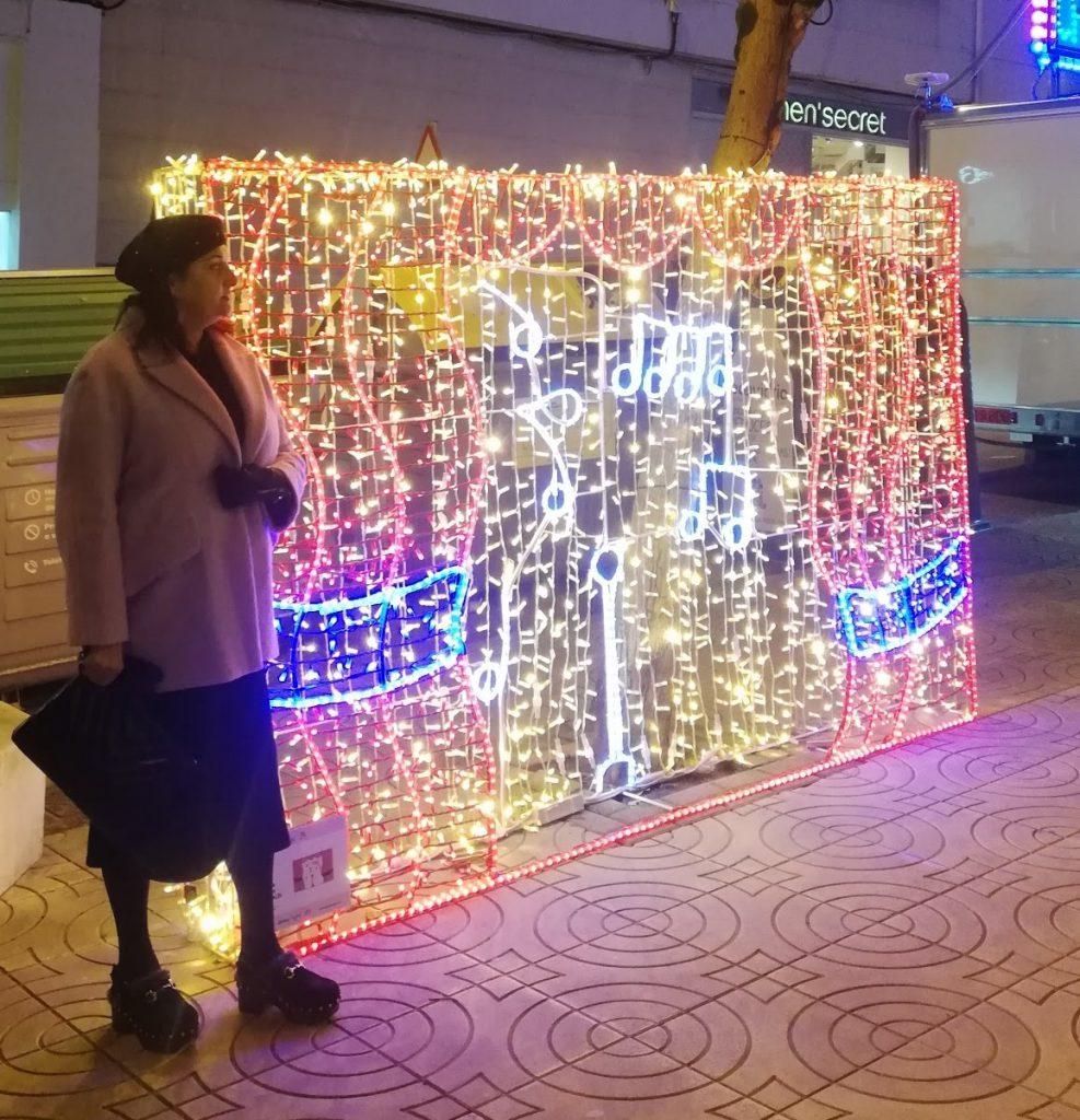 abuela a la ultima con panel de luces de navidad en Torrelavega