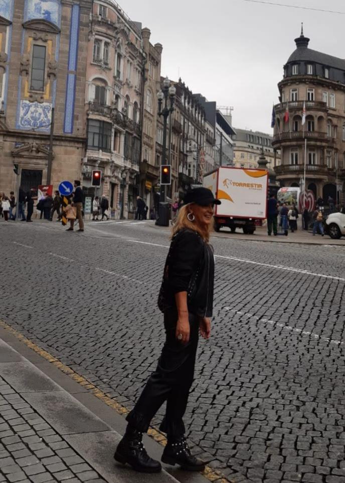 africa, amiga de abuela a la ultima cruzando una calle