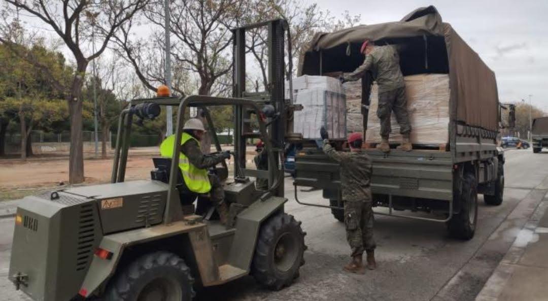 personal del ejército ayudando a descargar mercancia
