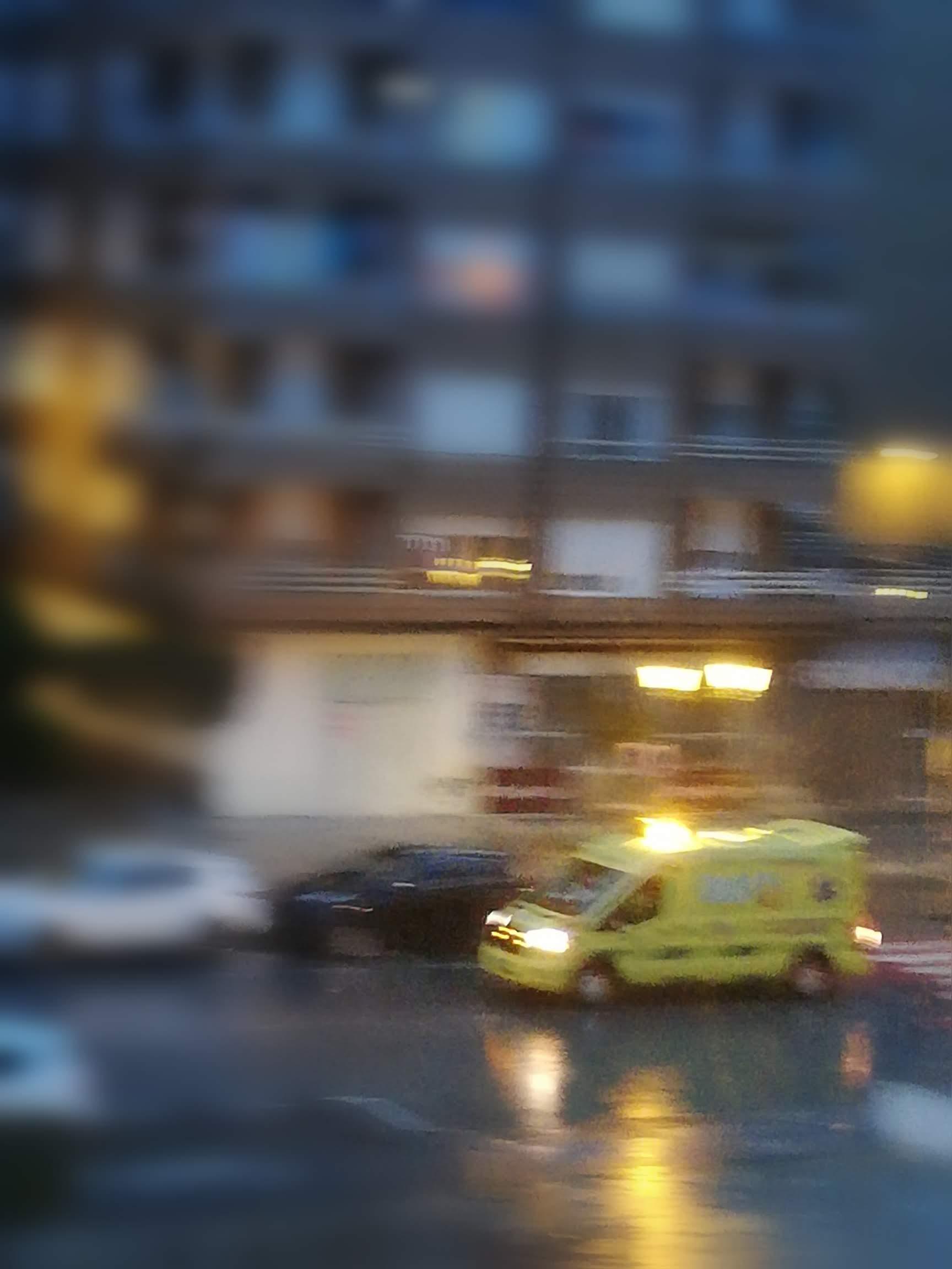 una ambulancia con las luces