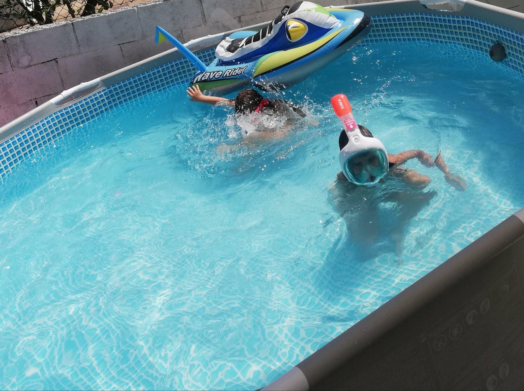 nietos de abuela a la ultima en la piscina