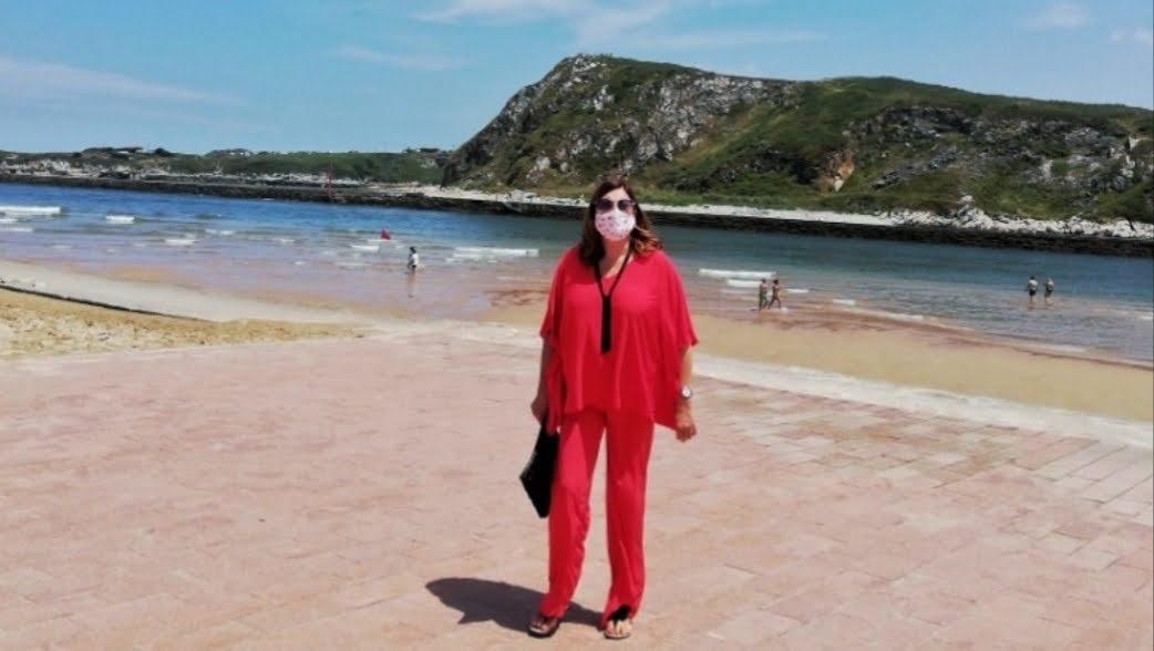 abuela a la ultima en la playa de Suances con mascarilla