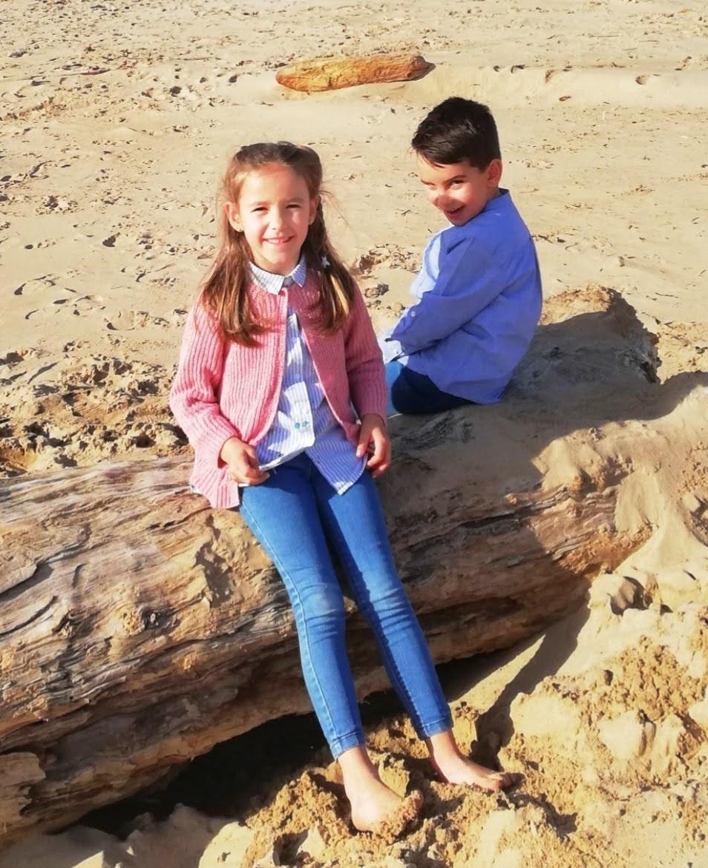 mis nietos sentados en la playa