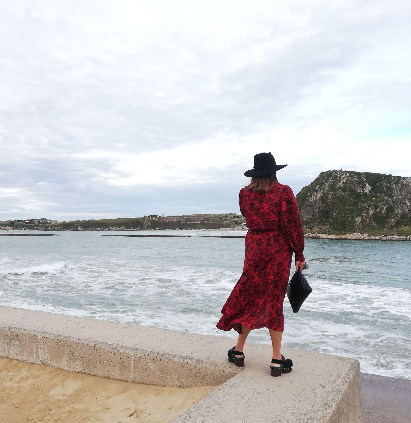 abuela a la ultima mirando al mar en suances