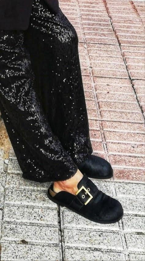 pantalon negro de lentejuelas con zuecos