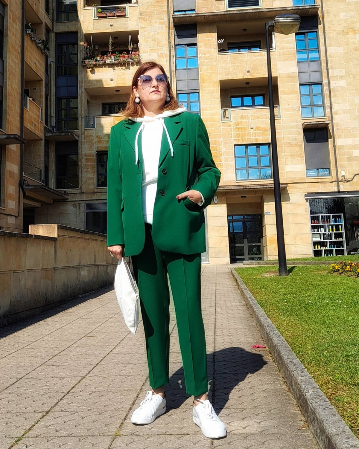 abuela a la ultima con traje verde posando pARA LA FOTO