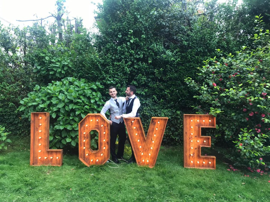 pareja de novios posando cartel love