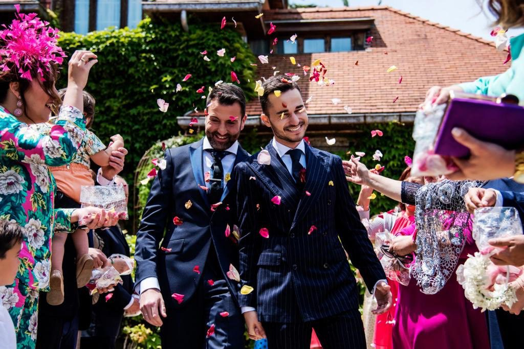dos novios saliendo de su boda