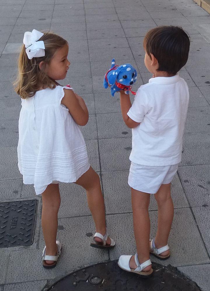 Nietos de Maribel Cabo paseando vestidos de blanco