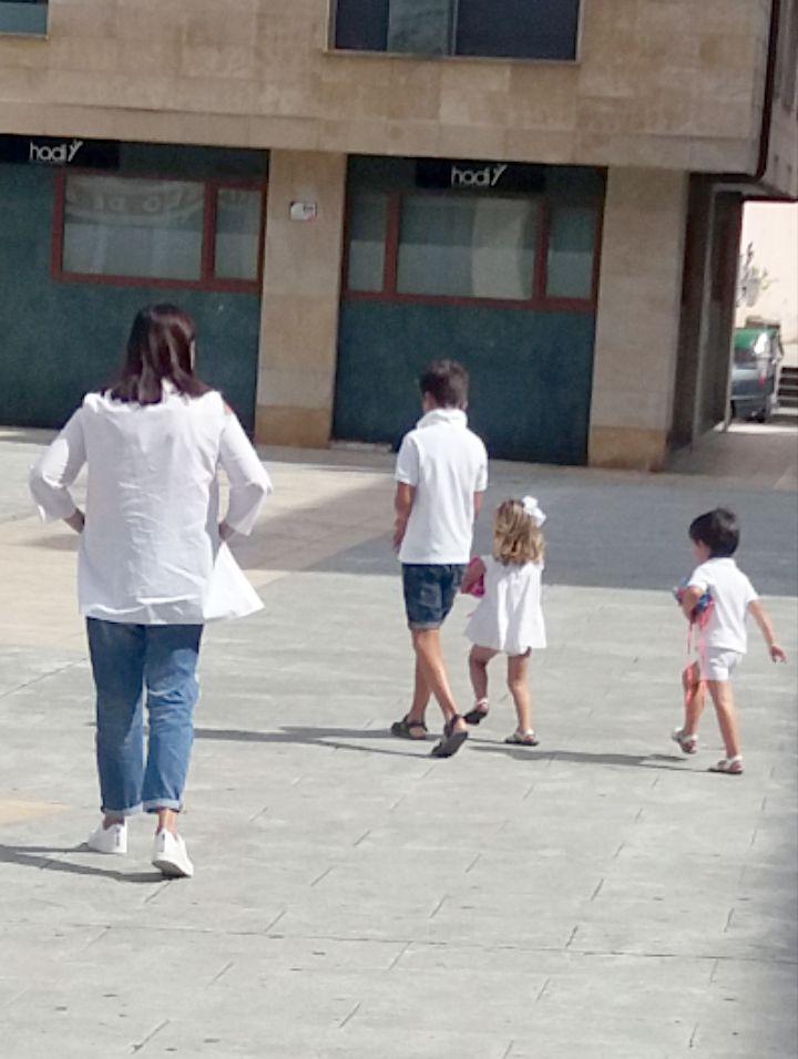 Abuela paseando con nietos por la ciudad